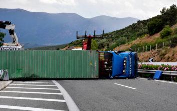 Νταλίκα ανετράπη στην εθνική οδό Κορίνθου-Τριπόλεως, τραυματίστηκε ο οδηγός