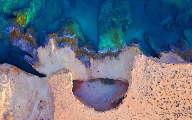 Μια φυσική πισίνα η πιο εντυπωσιακή παραλία στις Κυκλάδες