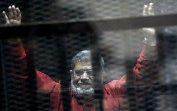 Πέθανε μέσα στο δικαστήριο την ώρα που δικαζόταν ο πρώην πρόεδρος της Αιγύπτου