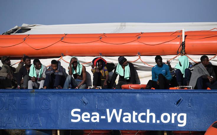 Η 31χρονη πλοίαρχος που αψηφά τον Σαλβίνι και μπαίνει με πλοίο με μετανάστες στα ιταλικά χωρικά ύδατα