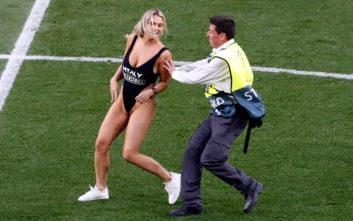 Η σέξι εισβολέας του τελικού του Champions League επέστρεψε στο Instagram