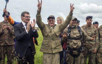 Στα 97 του πήδηξε με αλεξίπτωτο για να τιμήσει τα 75 χρόνια από την D-Day
