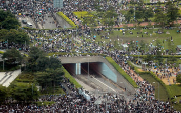 Συνεχίζονται οι μαζικές διαδηλώσεις στο Χονγκ Κονγκ, στους δρόμους δεκάδες χιλιάδες πολίτες
