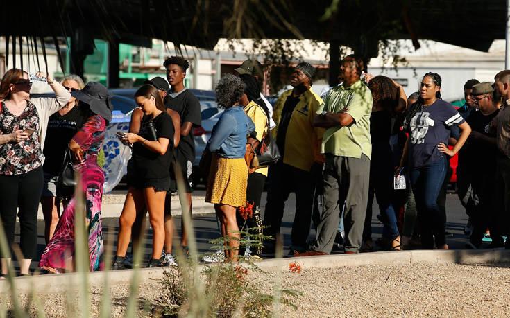 Αποδοκιμάστηκαν αστυνομικοί για τη βίαιη σύλληψη οικογένειας Αφροαμερικανών