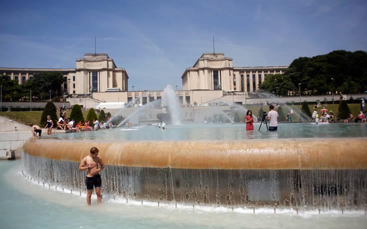 Καιρός: «Φλέγεται» η Ευρώπη, πολίτες και τουρίστες αναζητούν δροσιά στα σιντριβάνια