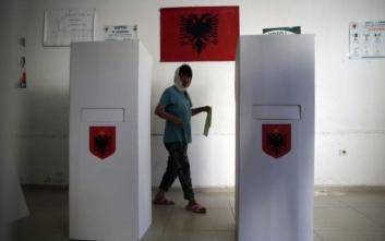 Εκλογές στην Αλβανία: Ξεχώρισαν η χαμηλή συμμετοχή, τα επεισόδια και το εκκεντρικό ντύσιμο Ράμα
