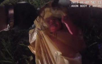Αστυνομικοί ανοίγουν σακούλα και αντικρίζουν ένα ζωντανό νεογέννητο βρέφος