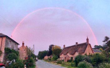 Ροζ ουράνιο τόξο στον ουρανό του Λονδίνου