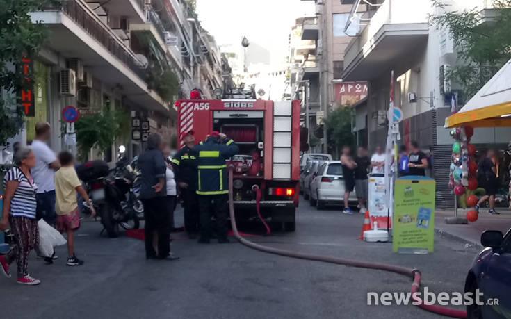 Φωτογραφίες και βίντεο από τη μεγάλη επιχείρηση για τη φωτιά σε καμινάδα στο Κουκάκι