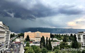 Καιρός: Σκοτείνιασε ο ουρανός στην Αττική, καταιγίδες και αστραπές και σήμερα