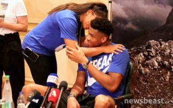 Γιάννης Αντετοκούνμπο: Αγκαλιά με την κοπέλα του στο Ζάππειο