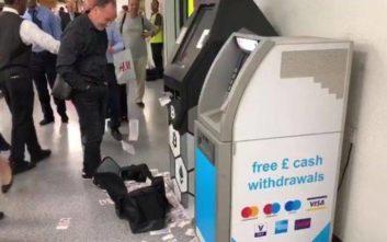 Άναυδοι έμειναν οι πολίτες όταν ATM άρχισε να πετά χρήματα με το τσουβάλι