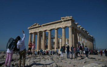 Γονείς σήκωσαν μαθητή στα χέρια για να επισκεφθεί την Ακρόπολη