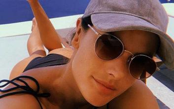 Η Αλεσάντρα Αμπρόσιο απολαμβάνει τις διακοπές της στη Σαντορίνη