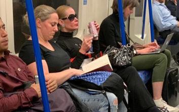 Γυναίκα πίνει το ποτό της σε βαγόνι του μετρό