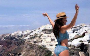 Η Νικολέττα Ράλλη καλωσορίζει το καλοκαίρι με μαγιό από τη Σαντορίνη
