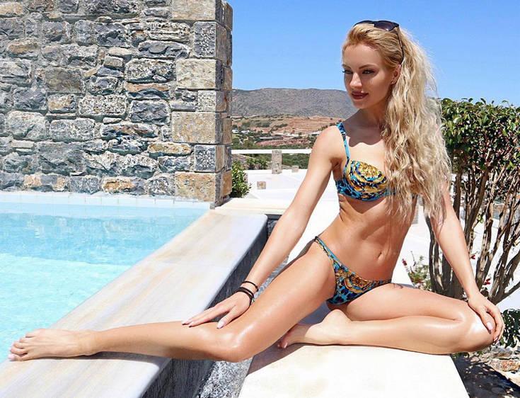 Η Τζούλια Νόβα αναστατώνει το καλοκαίρι σας