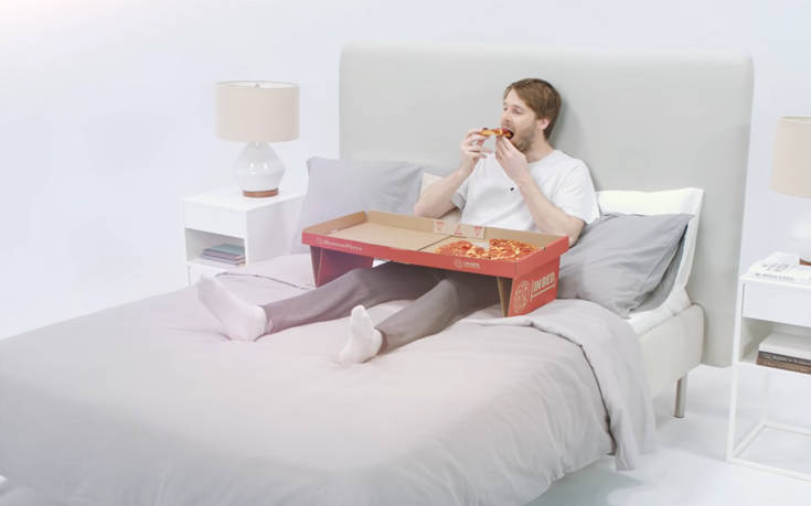 Κουτί πίτσας μετατρέπεται σε τραπεζάκι για να την τρως στο κρεβάτι