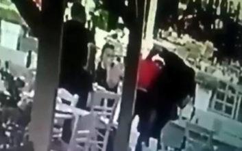 Σερβιτόρος σε εστιατόριο στα Χανιά σώζει πελάτη που πνίγεται