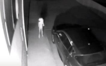 Το παράξενο πλάσμα που «έπιασε» κάμερα ασφαλείας σε σπίτι στις ΗΠΑ