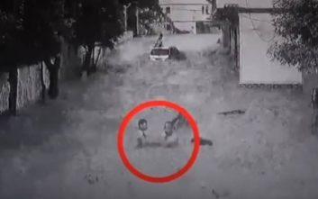 Ηρωικός άνδρας βουτάει στα ορμητικά νερά και σώζει δύο παιδιά