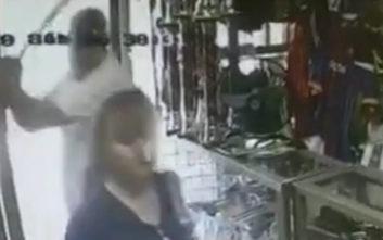 Η σοκαριστική στιγμή που ληστής χτυπά γυναίκα στο κεφάλι με μπαστούνι του μπέιζμπολ