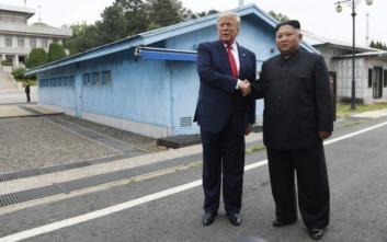 Τα ιστορικά βήματα του Ντόναλντ Τραμπ σε βορειοκορεατικό έδαφος και η χειραψία με τον Κιμ Γιονγκ Ουν