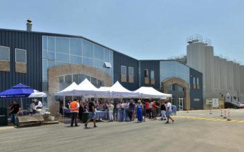 «Ανοιχτά Ζυθοποιεία»: Πλήθος κόσμου στο εργοστάσιο της Ολυμπιακής Ζυθοποιίας στη Ριτσώνα Ευβοίας
