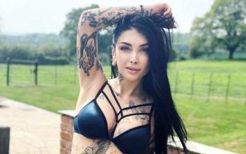 Κορίτσια κολλημένα με τα τατουάζ