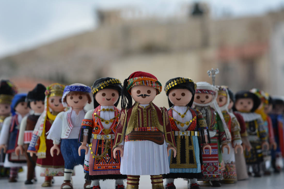 Τα PlaymoGreek με τις ελληνικές παραδοσιακές φορεσιές