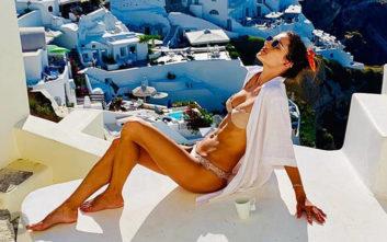 Οι νέες σέξι φωτογραφίες της Αλεσάντρα Αμπρόσιο στη Σαντορίνη