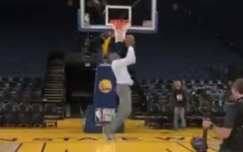 NBA: Ο Βινς Κάρτερ καρφώνει ανάποδα με πολιτικά ρούχα