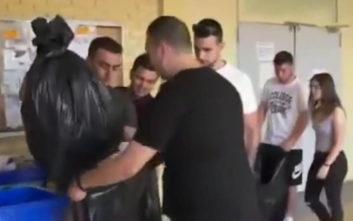 Φοιτητές μαζεύουν μόνοι τους τα σκουπίδια σε ΤΕΙ Θεσσαλονίκης