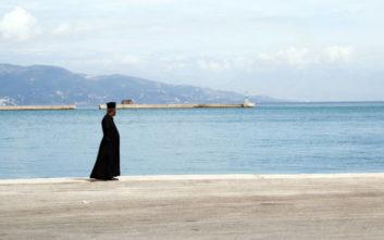Τι απαντά ο ιερέας που πέταξε κέρματα σε βουλευτή στη Χίο