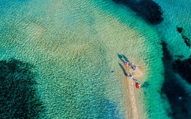 Τρεις παραλίες στη Χαλκιδική που ταξιδεύουν σε μέρη μακρινά, φωτογραφία-2