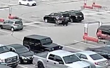 Νεαρός άρπαξε μωρό σε καθισματάκι αυτοκινήτου και το πέταξε στο έδαφος