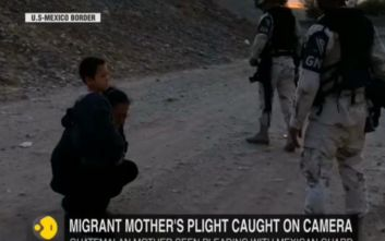 Εικόνα γροθιά στο στομάχι: Μητέρα παρακαλάει γονατιστή να περάσει με τον γιο της τα σύνορα ΗΠΑ-Μεξικού
