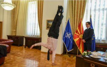 Ο πρέσβης του Ισραήλ έκανε... κατακόρυφο μπροστά στον πρόεδρο των Σκοπίων