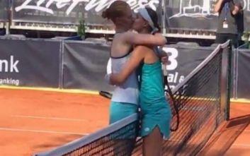 Βελγίδες τενίστριες φιλήθηκαν με πάθος μετά τον αγώνα τους