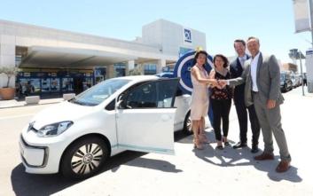 Ένα VW e-up κέρδισε η νικήτρια του διαγωνισμού του Διεθνή Αερολιμένα Αθηνών
