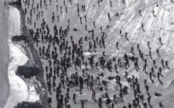 H στιγμή της τεράστιας καραμπόλας ποδηλατών σε αγώνα πάνω στον πάγο