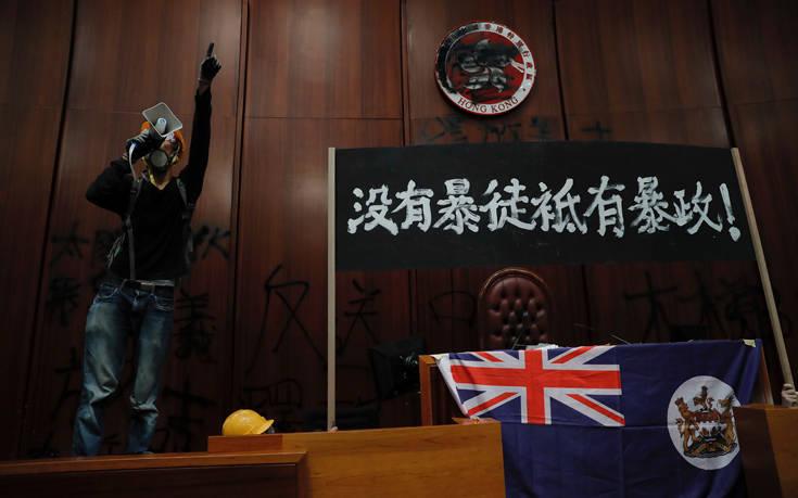 Τη βρετανική σημαία ύψωσαν διαδηλωτές που εισέβαλαν στο κοινοβούλιο του Χονγκ Κονγκ