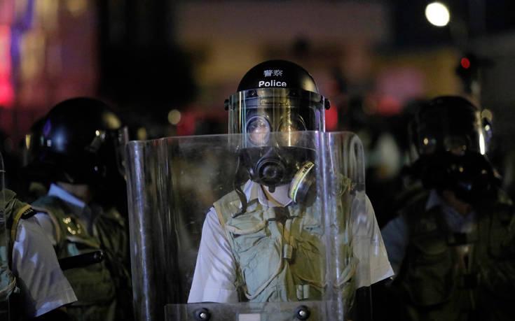 Η αστυνομία του Χονγκ Κονγκ στο στόχαστρο μετά την άγρια επίθεση σε σιδηροδρομικό σταθμό