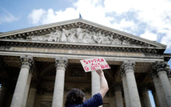 Μετανάστες κάνουν κατάληψη στο Πάνθεον του Παρισιού