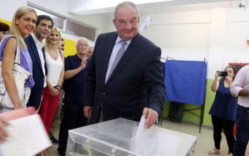 Εθνικές εκλογές: Με χειροκροτήματα υποδέχτηκαν τον Κώστα Καραμανλή στο εκλογικό τμήμα