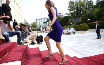 Ορκωμοσία στη Βουλή: Άστραψαν τα φλας για την Έφη Αχτσιόγλου