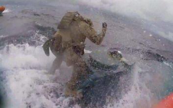 «Ράμπο» της ακτοφυλακής των ΗΠΑ κάνουν εν πλω «ντου» σε ναρκω-υποβρύχιο