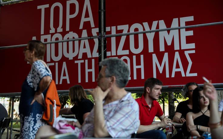 Κατεβασμένα κεφάλια και προβληματισμός στο περίπτερο του ΣΥΡΙΖΑ στο Σύνταγμα – Newsbeast