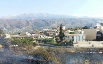 Φωτιά στα Χανιά έφτασε μέχρι τις αυλές σπιτιών και έκαψε δύο αυτοκίνητα
