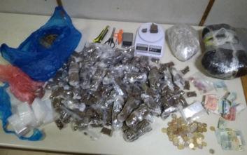 Συσκεύαζαν ναρκωτικά σε πολυκατοικία για να τα πουλήσουν